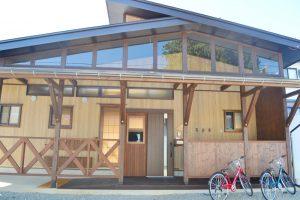 米沢女子短期大学生・栄養大学生 女性限定シェアハウス「ぴーちぇすハウス」玄関前アプローチ