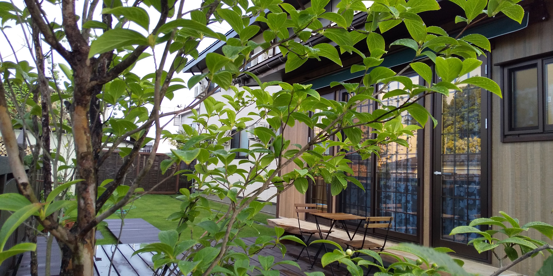 シェアハウスのウッドデッキ(山形県米沢市ぴーちぇすハウス)