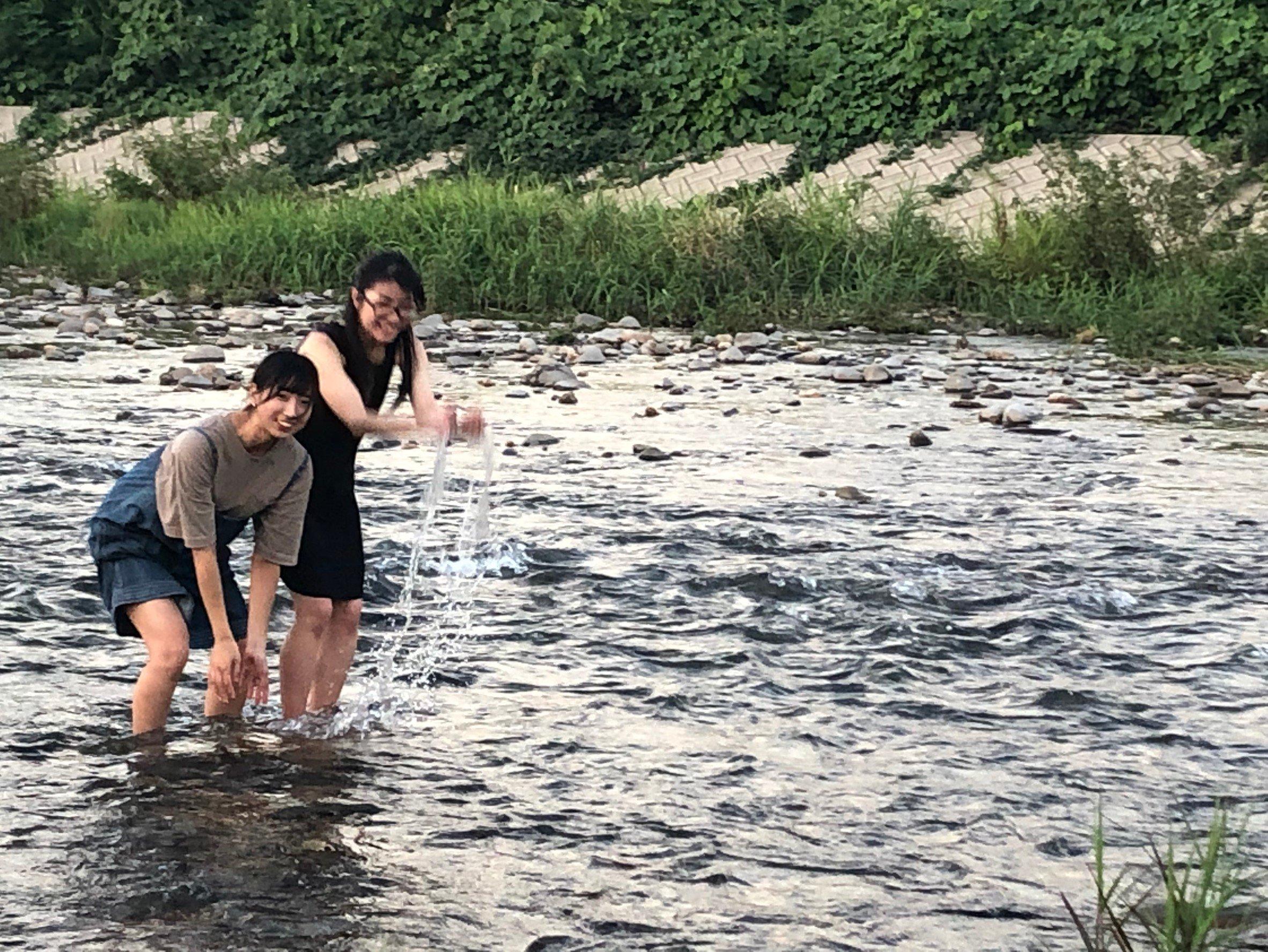 大学の横を流れる松川で川遊び