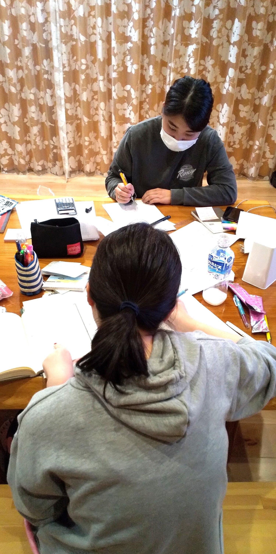 アパートにはない楽しさを!米短大社会情報学科の試験勉強真っ最中!